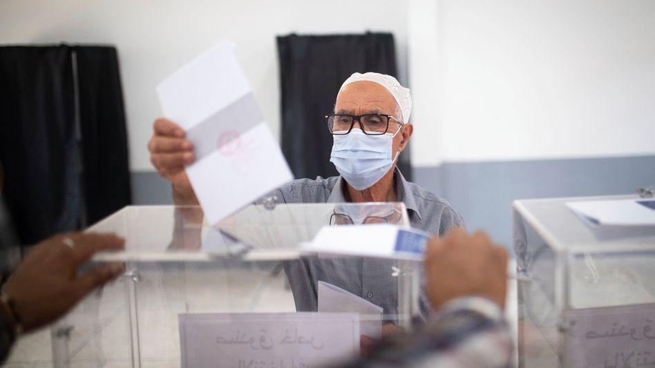 Ein Marokkaner bei der Stimmabgabe in einem Ort nahe Rabat