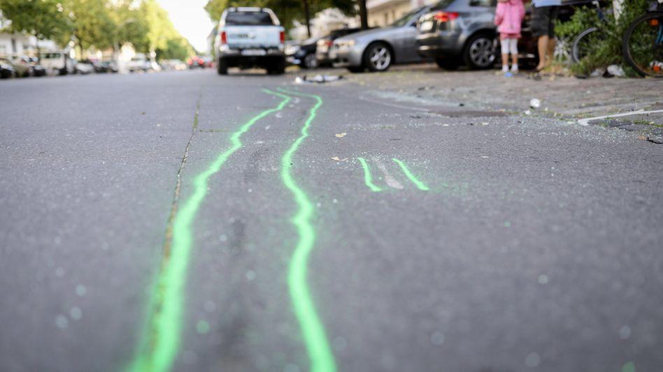 Nachgezeichnete Schleifspuren am Unfallort in Berlin-Charlottenburg