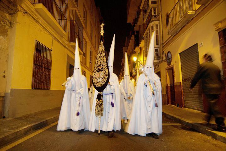 """Gruselspektakel in Sevilla: Eine Gruppe """"Nazarenos"""" während der Semana Santa"""