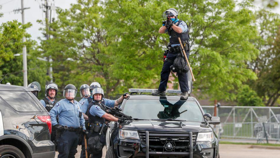 """Polizisten während Ausschreitungen in Minneapolis (am 27. Mai): Ein """"langer und komplizierter Kampf"""" steht bevor"""