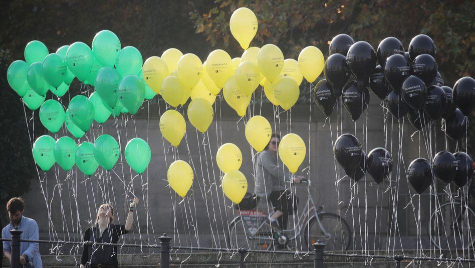 Luftballons in den Jamaika-Farben der Grünen, FDP und Union