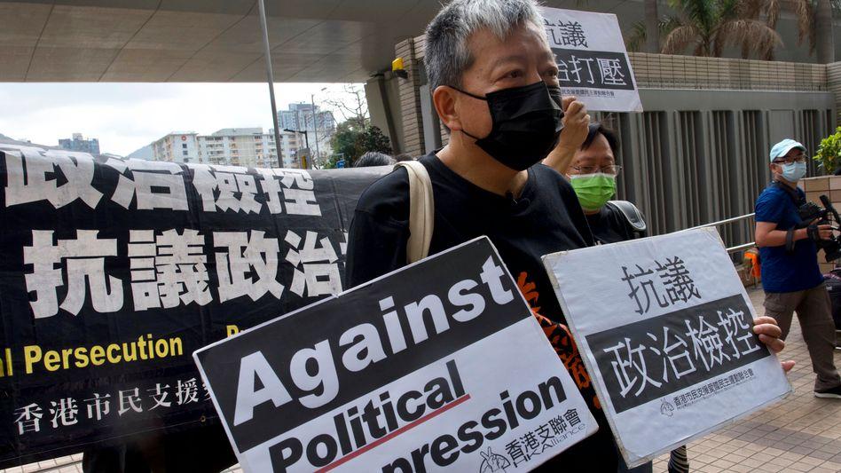 Prodemokratische Aktivisten protestieren vor dem Gericht