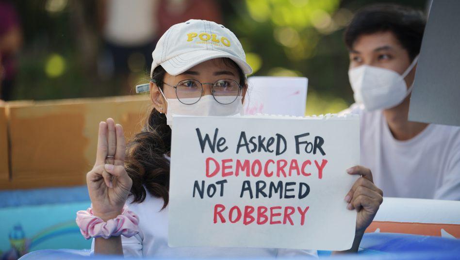 Eine Demonstrantin in Yangon