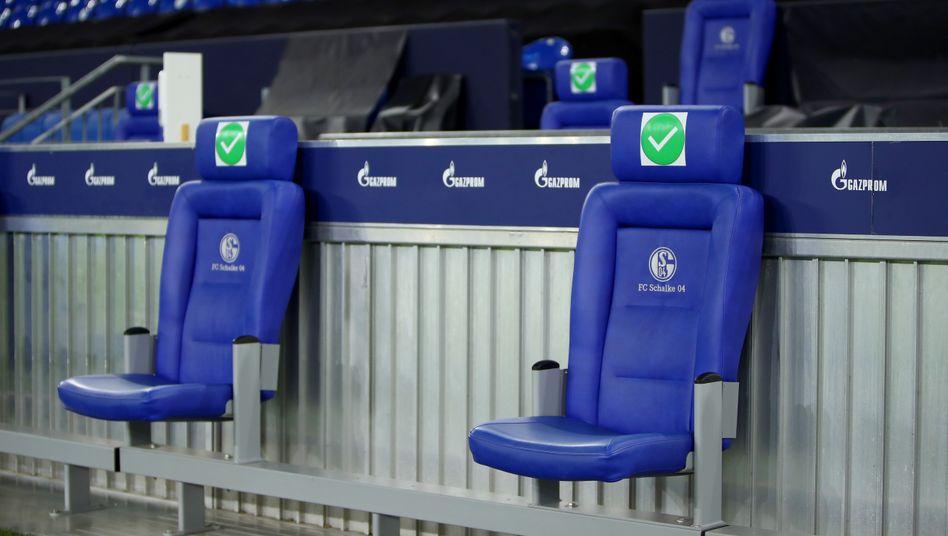 Leere Trainerstühle auf Schalke