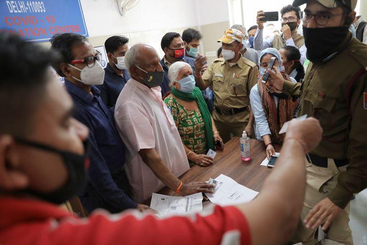 Seit Montag können sich in Indien theoretisch alle über 60-Jährigen und alle über 45-Jährigen mit schweren Erkrankungen impfen lassen