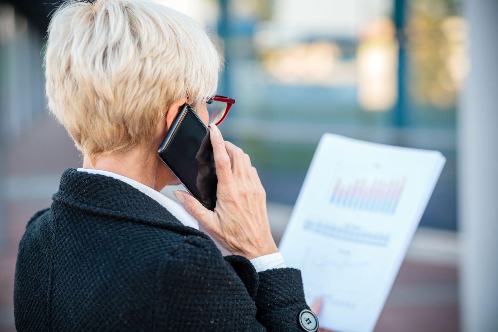 EINMALIGE VERWENDUNG Alte Frau/ Geschäftsreise/ Arbeitsunfall