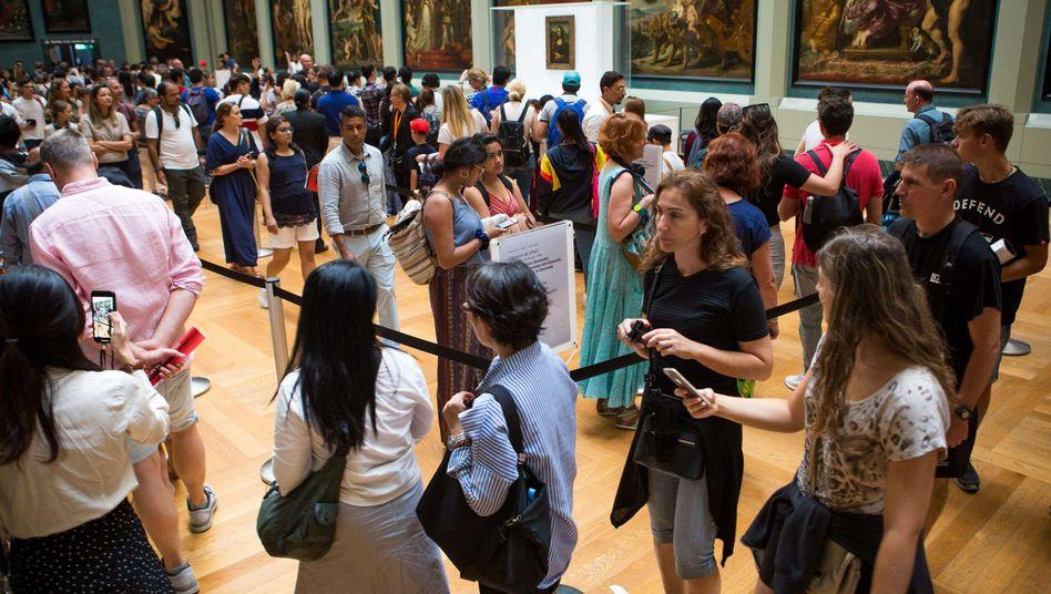 Schlange stehen und dann in einem völlig überfüllten Raum warten - das kritisieren viele Besucher des Louvre