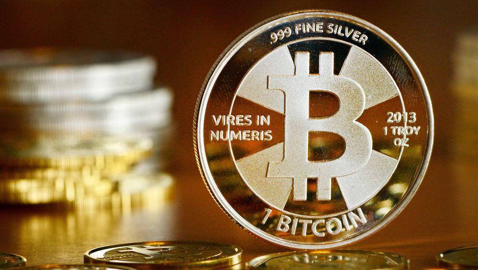 Bitcoin-Münzen, fotografiert in einem Münzhandel (Archivbild)