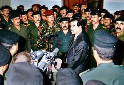 Sie hätten um Bagdad kämpfen sollen: Saddam Hussein mit Offizieren der Republikanischen Garde