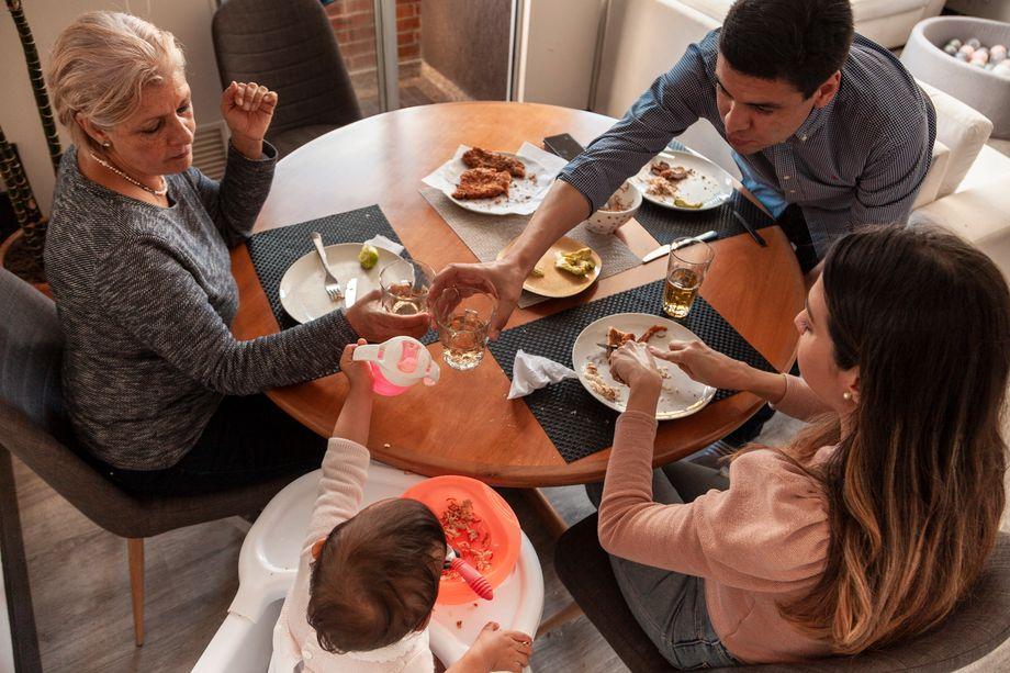 Martha (l.), Carlos, Natalia und Antonia beim Abendessen