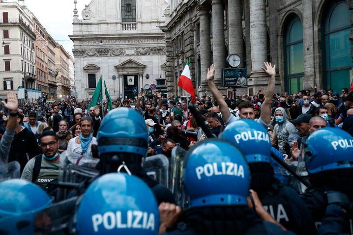 Demonstranten versuchten, Absperrungen zu durchbrechen