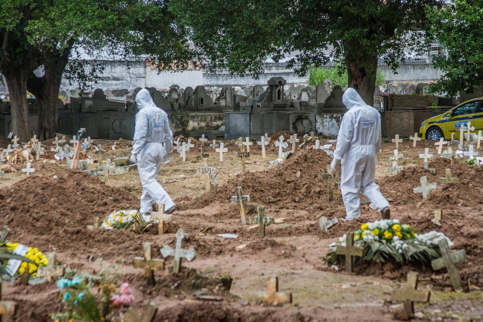 May 8, 2020, Sao Paulo, Brazil: Cemetery officials conduct burials against the covid-19 in the Sao Francisco Xavier cem