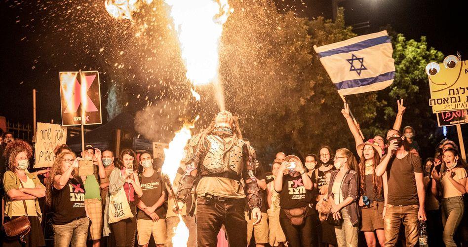 Ein Feuerspeier bei Protesten vor Netanyahus Residenz in Jerusalem