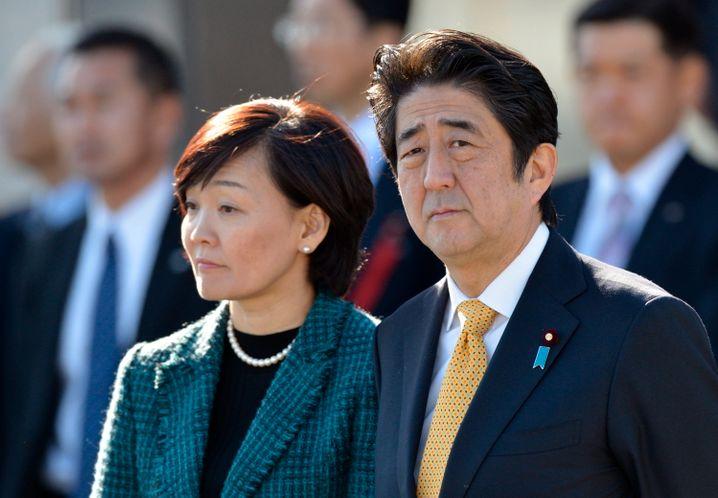 Shinzo Abe und seine Frau Akie: Das Ehepaar suchte die Aufmerksamkeit