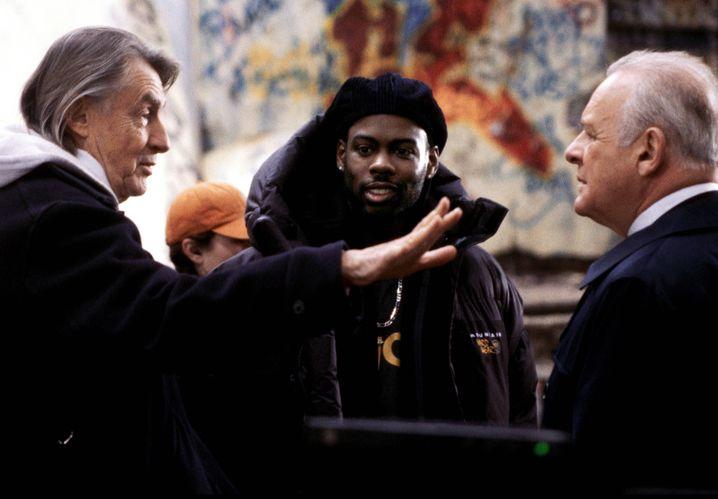 """Regisseur Schumacher mit Chris Rock und Anthony Hopkins bei den Dreharbeiten zur Actionkomödie """"Bad Company"""""""