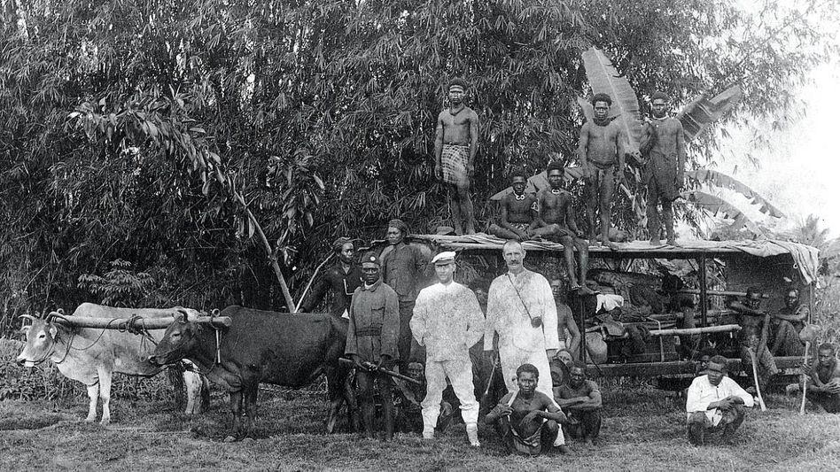 Expedition (vor 1897): Kolonialbeamter und Forscher mit Einheimischen