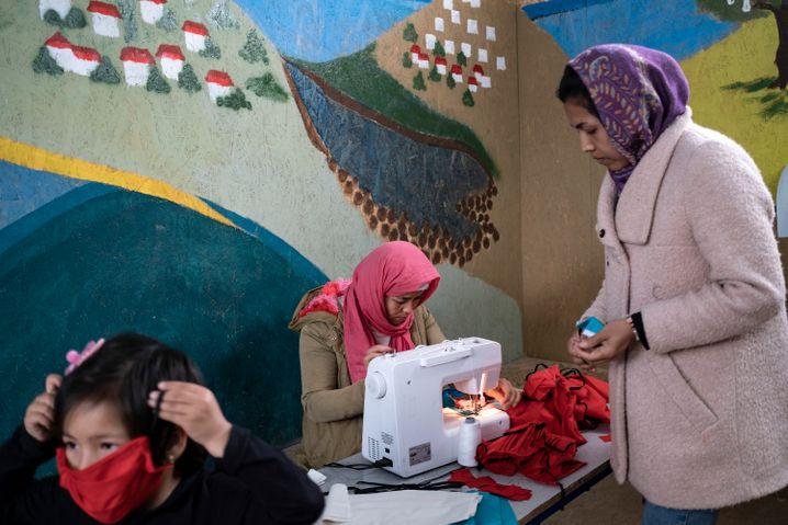 Flüchtlinge auf Lesbos versuchen sich vor Corona zu schützen, indem sie selbst Mundschutzmasken nähen