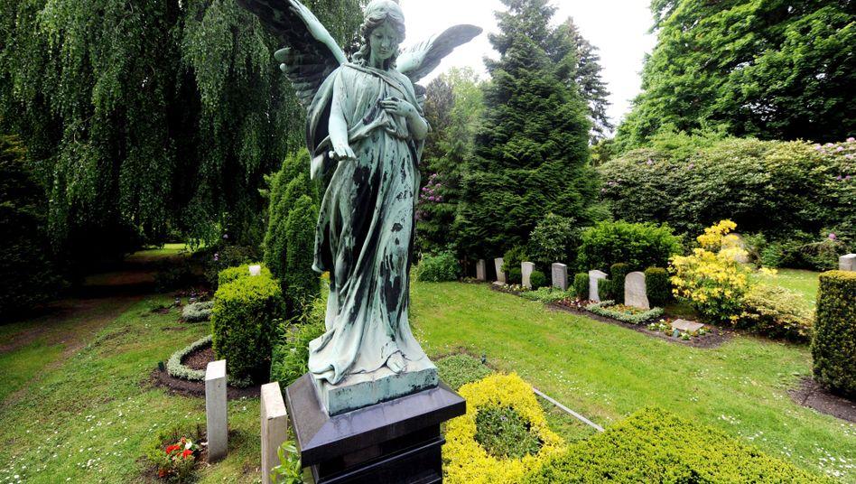 Engelsfigur auf Friedhof Ohlsdorf in Hamburg