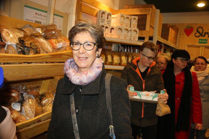 Kundin im Lebensmittelretter-Laden in Berlin