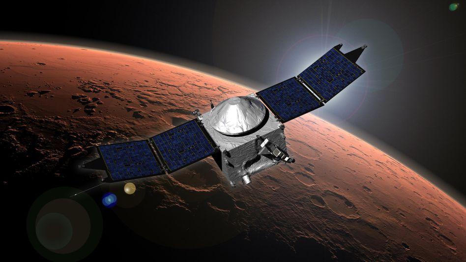 """Künstlerische Darstellung der US-Forschungssonde """"Maven"""" im Orbit des Mars"""