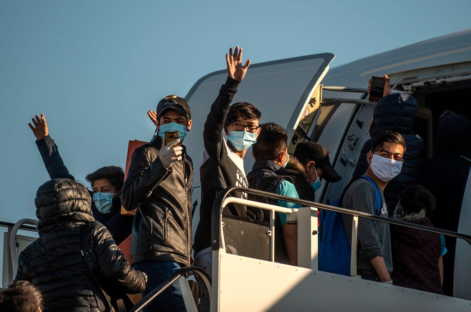 Junge Flüchtlinge fliegen von Athen nach Hannover