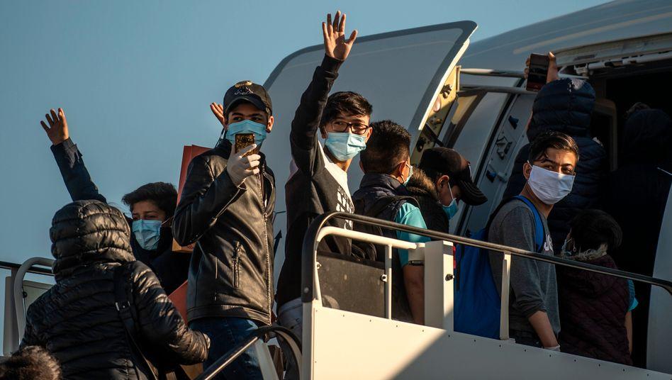 Minderjährige Flüchtlinge von griechischen Inseln steigen am Athener Flughafen in ein Flugzeug, das sie nach Hannover bringen soll