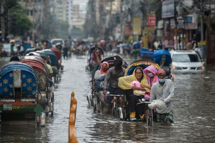 Die Menschen in Bangladesch, wie hier in Dhaka, sind Wasser und heftige Regenfälle gewöhnt: Durch die Klimakrise häufen sich aber die Extremwetterlagen