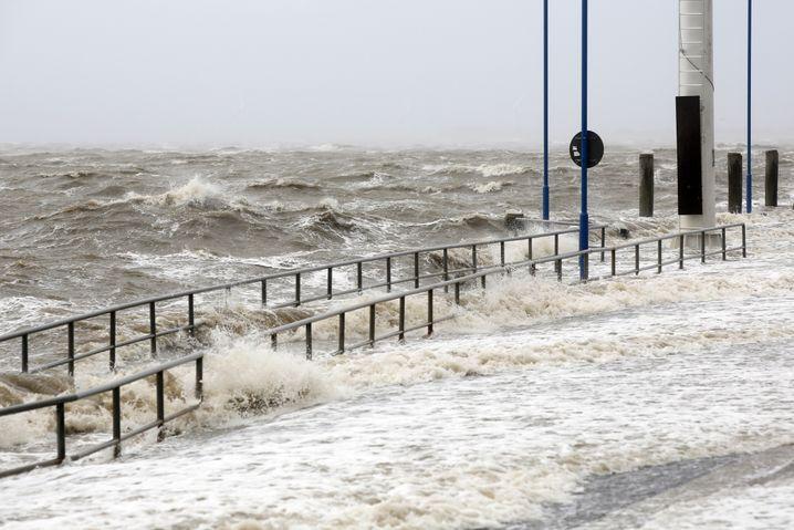 Überfluteter Fähranleger in Dagebüll