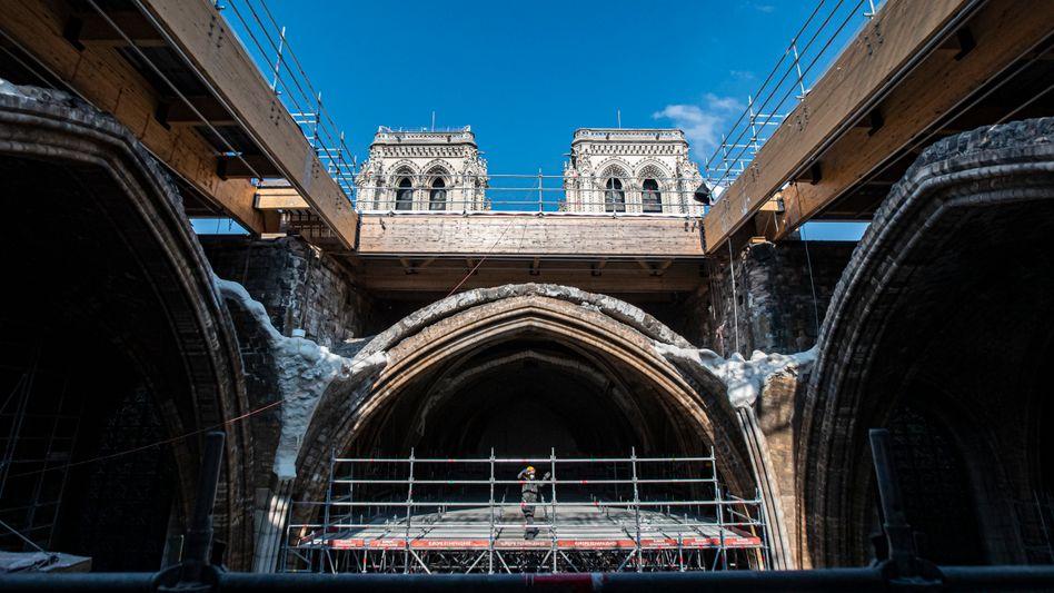 Baustelle in der Kathedrale Notre-Dame im Zentrum von Paris