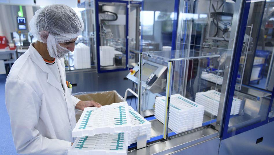 Merck-Mitarbeiter bei der Kontrolle von Arzneimitteln