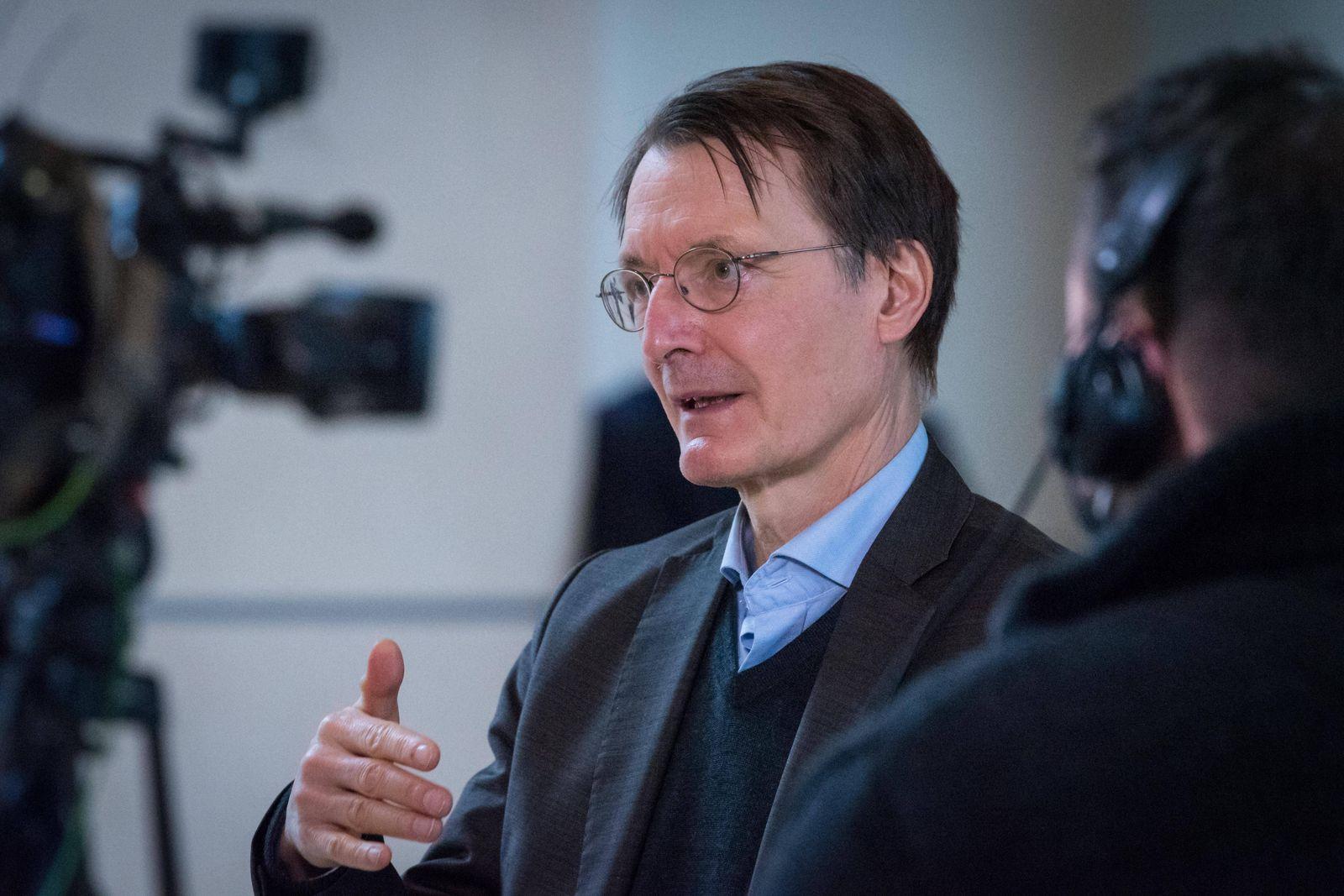 Berlin, Karl Lauterbach gibt Interview im Bundestag Deutschland, Berlin - 13.01.2021: Karl Lauterbach (SPD) gibt währen