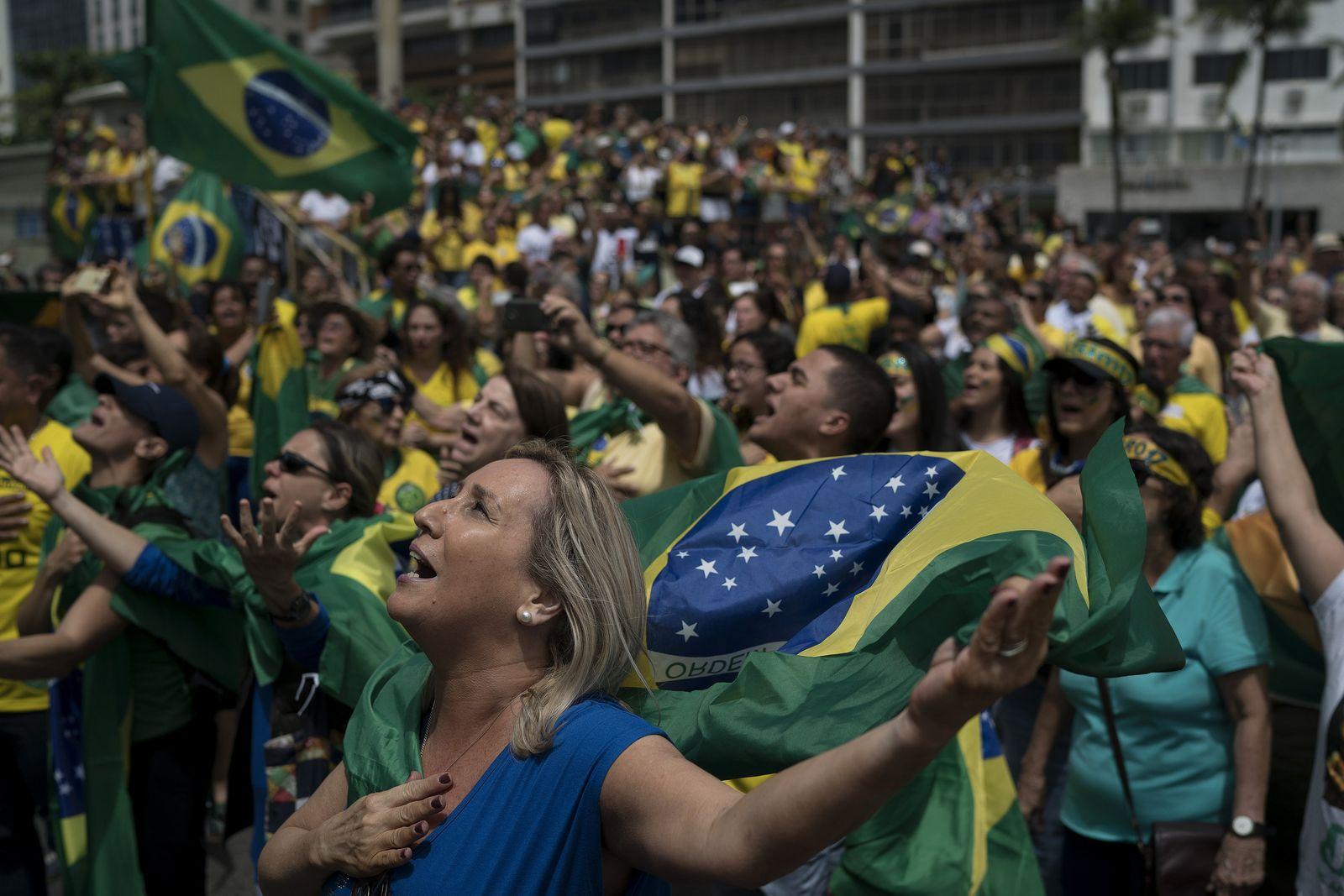 Präsidentschaftswahl Brasilien/ Menschenmenge/ Flagge