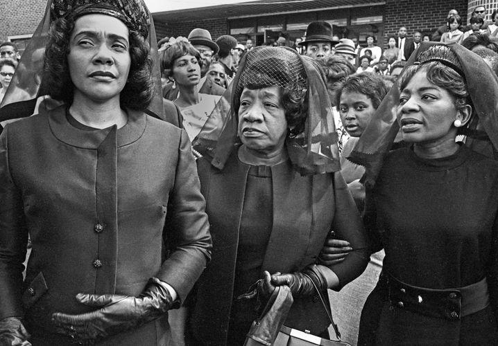 Witwe Scott King (l.) bei der Trauerfeier für den ermordeten King in Atlanta am 9. April 1968: Die Welt zu verbessern war Männersache