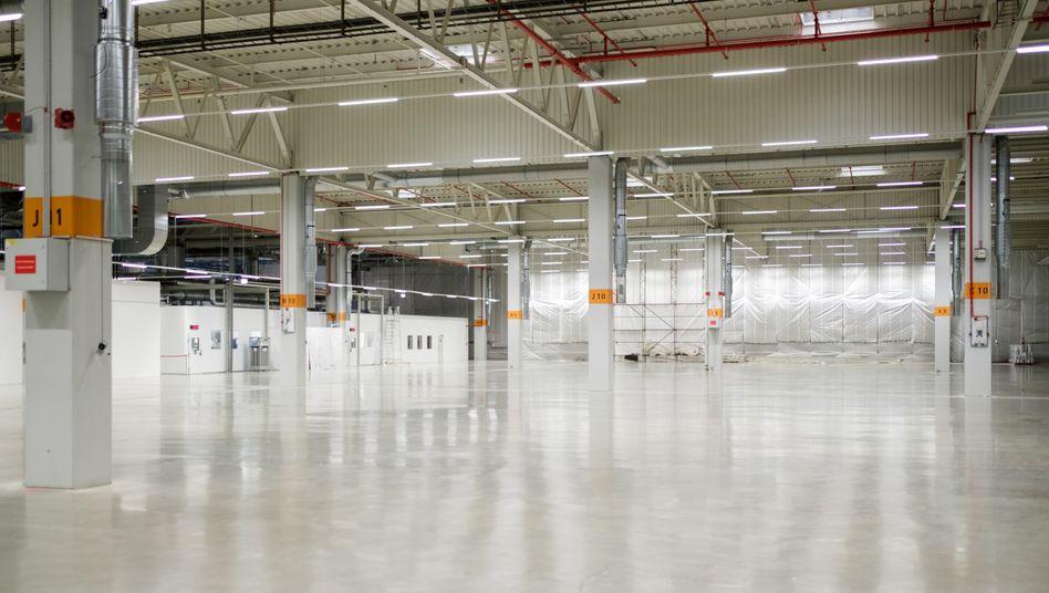 Leere Halle in Salzgitter: Hier sollen die Batteriezellen gefertigt werden