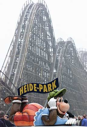 """Hat es sich vor der Holzachterbahn """"Colossos"""" gemütlich gemacht: Wumbo, das Maskottchen des Heide-Parks"""