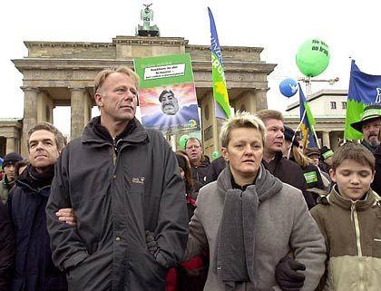 """""""Richtlinientreu verhalten"""": Trittin und Künast (bei einer Berliner Demonstration im Februar 2003)"""