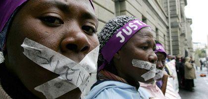 """Protest von Mitgliedern des Aids Legal Network (ALN) vor dem Gericht in Kapstadt: """"Die Täter sehen sich im Recht, sie glauben, ihr Verhalten sei legitim"""""""