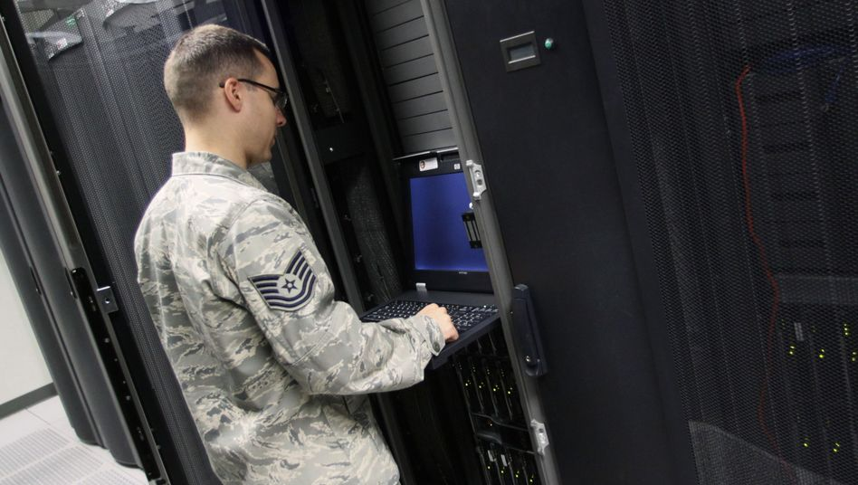 Soldat der U.S. Air Force (Symbolbild): Computernetze unter Dauerbeschuss