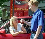 Schlüsselübergabe (Archivbild): Immer mehr Menschenbeteiligen sich am Carsharing