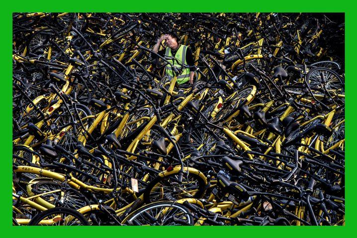 Mechaniker mit Fahrrädern des Verleihers Ofo: Per App gefunden, entriegelt und wieder abgestellt