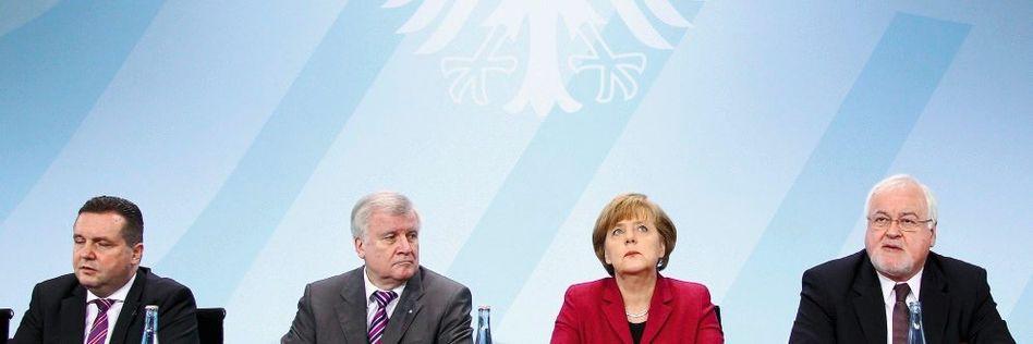 Unionsspitzen Mappus, Seehofer, Merkel, Peter Harry Carstensen auf einer Pressekonferenz von Bundesregierung und Ministerpräsidenten der Atomländer in Berlin
