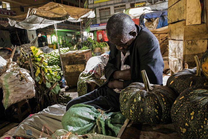 Ein Händler an seinem Verkaufsstand in Ugandas Hauptstadt Kampala