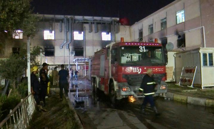 Rettungskräfte stehen vor dem Al-Khatib-Krankenhaus in Bagdad