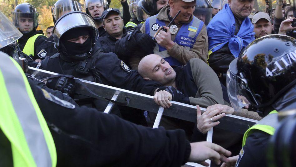 Gerangel zwischen rechtsextremen Aktivisten und der Polizei in Kiew