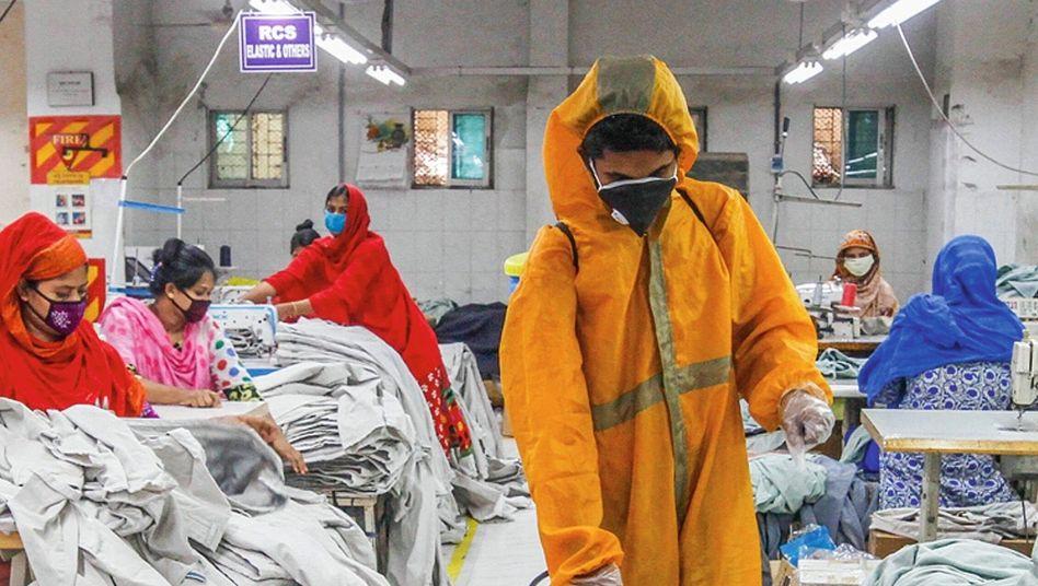 """Reinigungskraft in Textilfabrik in Dhaka, Bangladesch:""""Unwürdiges Geschacher um die Einhaltung von Menschenrechten"""""""