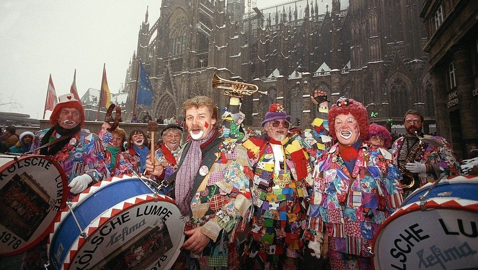 """Jecken vor Kölner Dom 1991: """"Eine gute Wirkung auf die psychische Gesundheit"""""""
