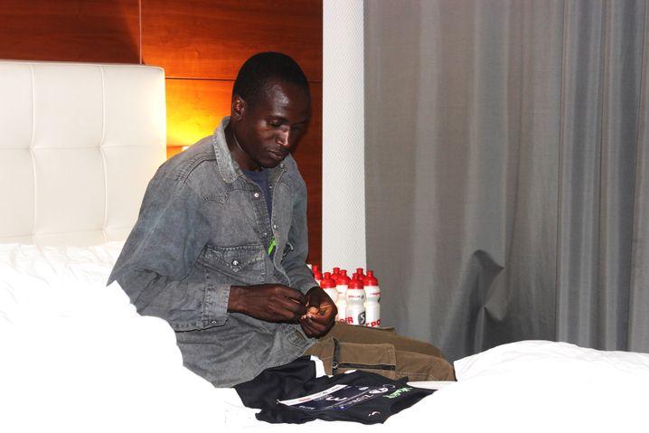 Die letzten Vorbereitungen: Sikuku in seinem Hotelzimmer vor dem Rennen in San Sebastián