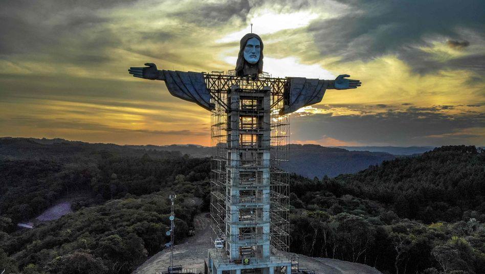 Auf der Baustelle in Encantado wurden zuletzt der Kopf und die ausgebreiteten Arme der Statue angefügt – Ende 2021 soll alles fertig sein