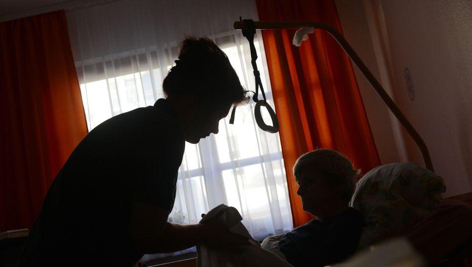 Pflegeheim: Viele Branchen setzen auf Selbständige statt auf Arbeitnehmer