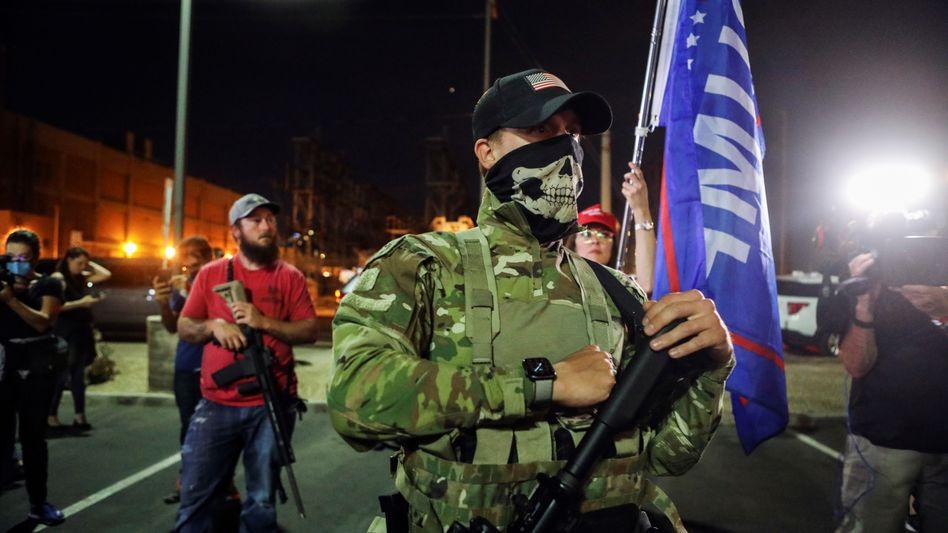 Trump-Anhänger mit halb automatischer Waffe vor dem Wahlzentrum in Phoenix, Arizona
